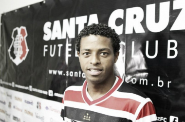 Dos apresentados, atacante Keno foi o único que já atuou pelo tricolor pernambucano (Foto: Antônio Melcop/Santa Cruz)
