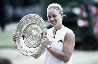 Angelique Kerber posa con su trofeo de campeona de Wimbledon 2018. Foto: zimbio.com