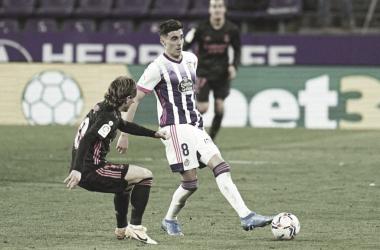 Kike Pérez recibe el balón frente a Luka Modric// FOTO: RealValladolid.es