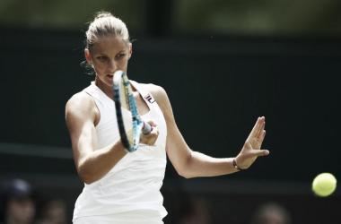 Karolina Pliskova golpea una derecha durante un partido en Wimbledon. Foto: zimbio.com
