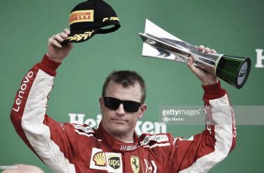 Kimi Raikkonen levanta el trofeo de tercer clasificado. Foto: Getty Images.
