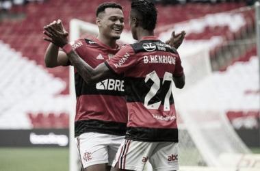 Autores dos gols comemorando vitória sobre o América Mineiro (Foto: Alexandre Vidal /<span>&nbsp;CRF)</span>