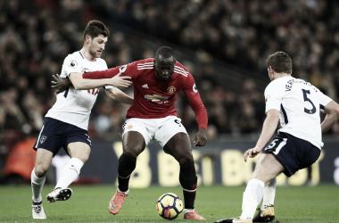 Lukaku disputa un balón en el partido contra el Tottenham Fuente: Manchester United
