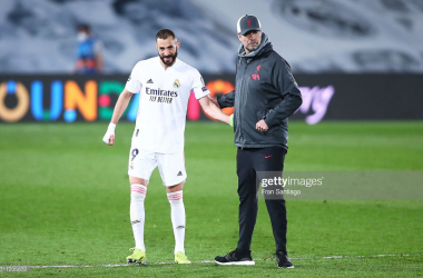 MADRID, SPAIN - APRIL 06: Karim Benzema of Real Madrid and Jürgen Klopp, manager of of Liverpool FC after the UEFA Champions League Quarter Final match between Real Madrid and Liverpool FC at Estadio Alfredo Di Stefano on April 06, 2021 in Madrid, Spain. (Photo by Fran Santiago/Getty Images)