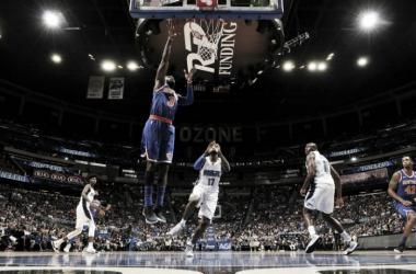 Hardaway finalizando una jugada ante la mirada de Simmons. Foto: NBA