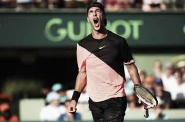 Kokkinakis surpreende e elimina Federer na estreia em Miami