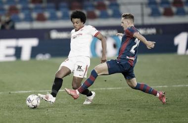 Koundé ante Dani Gómez / @SevillaFC (Twitter)