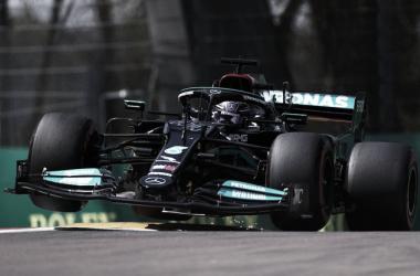 El Mercedes de Hamilton saltando los cordones | Foto: Fórmula 1