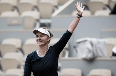 Barbora Krejciková venceu Maria Sakkari em Roland Garros 2021 (WTA / Divulgação)