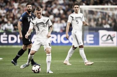 Kroos, en el momento de lanzar el penalti que supuso el 0-1. | Foto: UEFA