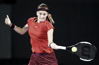 Petra Kvitova golpea con su derecha durante su partido de hoy ante Kerber en Sidney. Foto: gettyimages.es