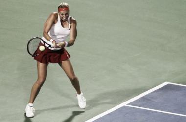 Petra Kvitova golpea una bola desde el fondo de la pista   Foto: Zimbio