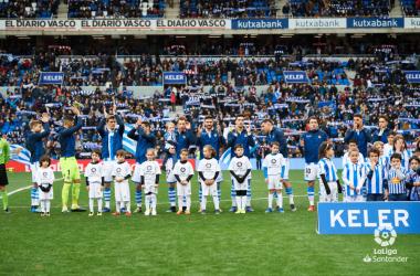 FOTO: LaLiga.es// El primer equipo saluda a su afición en su estadio previo al comienzo del derby vasco de la temporada pasada.
