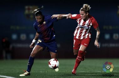 Instantánea de la lucha entre azulgranas y colchoneras durante el empate en la Ciudad Deportiva Joan Gamper | LFP
