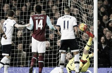 Lamela presenciando el gol de West Ham (Foto: Daily Mirror).