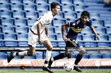 Julián Aude, jugador de Lanús en disputa de la pelota junto a Obando, jugador de Boca Juniors.