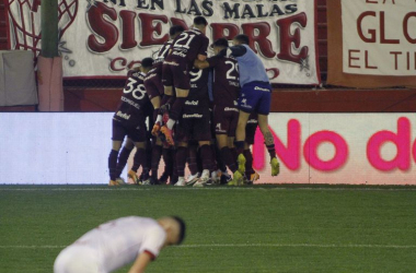 Festejo de los jugadores de Lanús tras el gol de José Sand/ Foto: GETTY