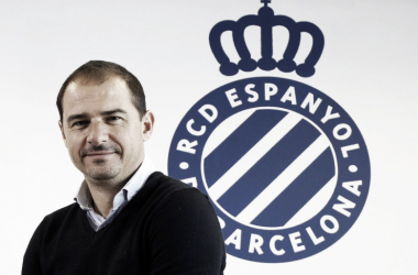 Jordi Lardin posando ante e escudo del club (Foto: RCD Espanyol)