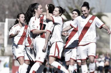 Las jugadores del Rayo Femenino celebran un tanto conseguido por Natalia Pablos | Fotografía: Rayo Vallecano