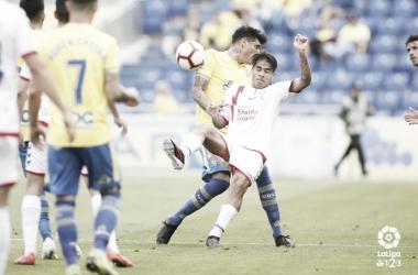 Fede Varela pugna por un balón en el encuentro disputado. Foto: La Liga
