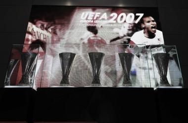 Las 5 copas de la UEFA Europa League en el museo del Ramón Sánchez-Pizjuán | Foto: Sevilla FC