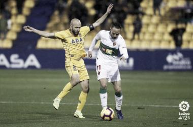 Laure lucha un balón con Iván Sánchez del Elche | LaLiga 1|2|3