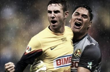 Miguel Layún y Moisés Muñoz, piezas claves del título, se funden en un abrazo (Foto: elarcagelino.blogspot.com)