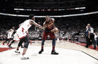 LeBron James contro OG Anunoby. Fonte: NBA/Twitter