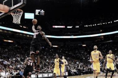 Bosh e LeBron dominam, e Heat vence Lakers
