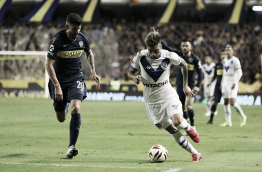 Leandro Fernández encarando a Lisandro López, defensa rival. | Fuente: Vélez Sarsfield..