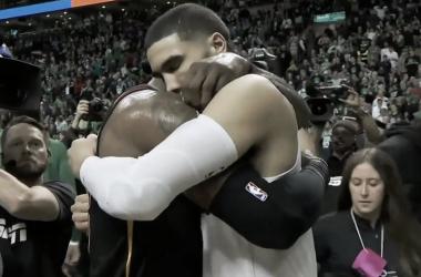 LeBron abraza a Tatum tras su último enfrentamiento. | Foto: NBA.com/celtics