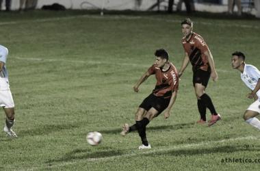 Goleiro pega pênalti, e Athletico Paranaense empata com Londrina