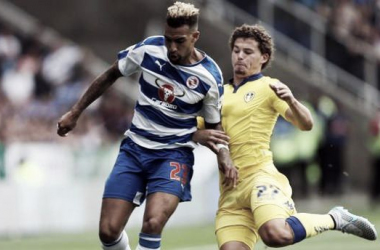 Danny Williams challenges Kalvin Phillips. Pic via @ReadingFC
