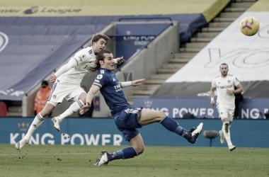 El Leeds da vuelta el partido y aleja al Leicester de la punta