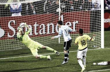Ospina ahogándole el gol a Messi, en una doble tapada fantástica (Foto: El Espectador).
