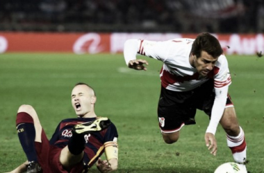 Leonardo Ponzio marcando a Iniesta (Foto: Infobae).