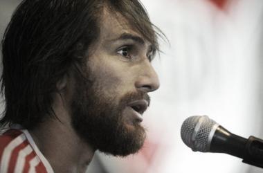 Leo Ponzio ante el micrófono. Foto: Olé.