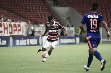 Lateral-direito Léo Moura é um dos jogadores poupados no torneio internacional (Foto: Antônio Melcop/Santa Cruz)