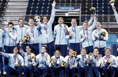 Las Leonas festejando durante la premiación.<div>Fuente de la imagen:&nbsp; FHI.</div>