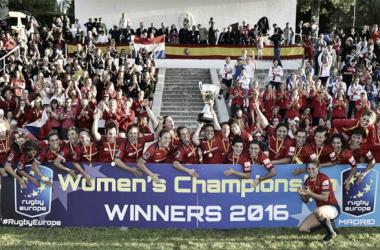 Las Leonas posan con el trofeo de campeonas de Europa | Foto: ferugby.es