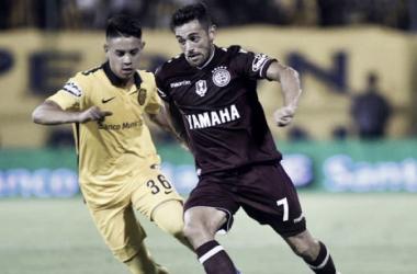 Rivas siguiendo de cerca a Acosta. // Foto: Clarín.