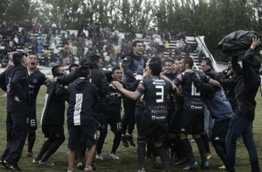 Festejos de los jugadores de Independiente Rivadavia | Foto: Telám