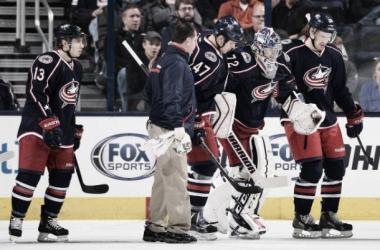Bobrovsky es ayudado por sus compañeros a abandonar el hielo. (Foto por NHL.com).