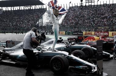 Hamilton celebra la consecución de su cuarto campeonato del mundo. Foto: Mercedes AMG Petronas.