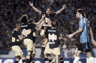 Todos salen a abrazar a Riquelme, quien recién había marcado el primer gol. Foto: Goal