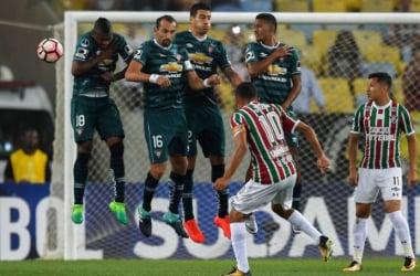 Gustavo Scarpa cobra el tiro libre que acabaría en gol. AFP