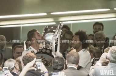 Marcelo y Sergio Ramos levantan el trofeo de Liga en el palco del Santiago Bernabéu I Foto: Daniel Nieto (VAVEL)