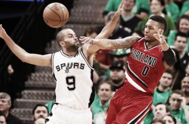 Lillard y Parker pelean el balón (Fuente: NBA)