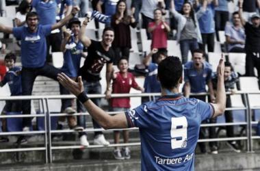 Linares celebra uno de sus tres goles con la afición azul. (Foto: P.Lorenzana www.asturias24.es)