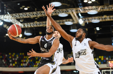 SUNDAY 1st NOVEMBER 2020. London Lions vs Newcastle Eagles. BBL Trophy 2020-21.&nbsp;<div>Andre Lockhart attempts to block Cortez Edwards' layup. (Source: Stephen Wright/BBL)</div>